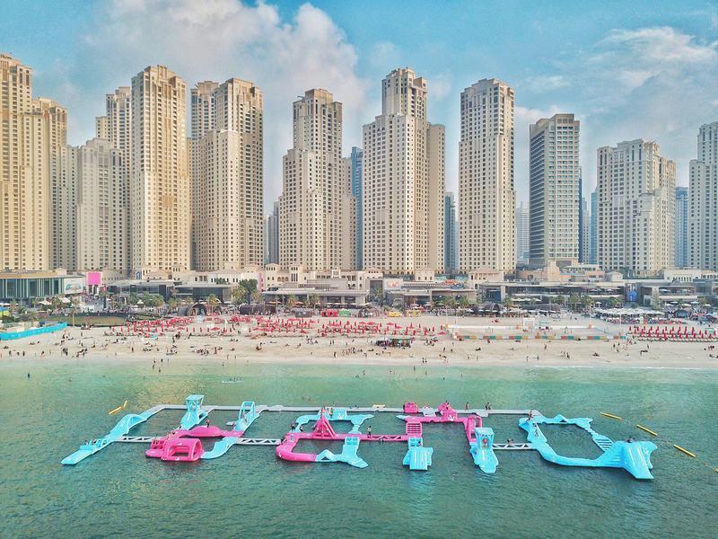 Aqua Fun promete diversión físicamente exigente en un impresionante telón de fondo de la ciudad.