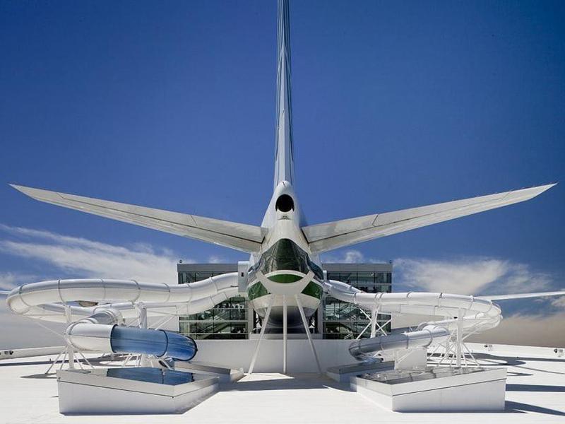 Este parque educativo invita a los huéspedes a deslizarse a través de un avión masivo.