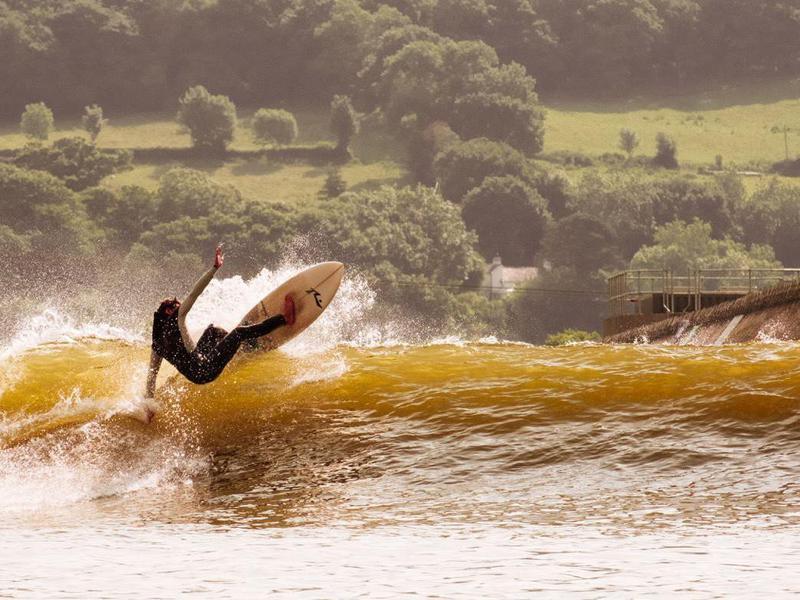 El surf artificial en el lago no es solo un sueño.